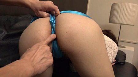 女装少年が男にケツマンコを弄られ舐め回される 画像