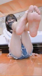 可愛い男の娘が指をくねらせエッチな足裏を見せてくれるwww 画像
