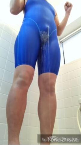 女装おじさんがスパッツ競泳水着を着たままお漏らしプレイwww
