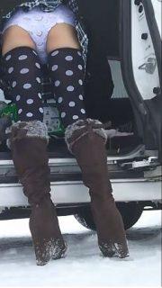 女児パン女装おじさんが野外でパンチラしながら放尿プレイwww 画像