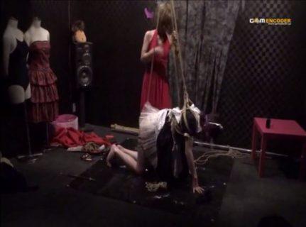 メイドコスプレした女装子が緊縛されて人間椅子にされちゃうwww 画像