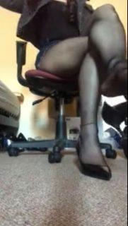 OLコスプレした女装子がエッチなストッキング脚を自撮りwww 画像