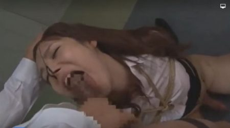 鼻フックで辱められたニューハーフがイラマチオでチンポを咥えさせられちゃうwww 画像